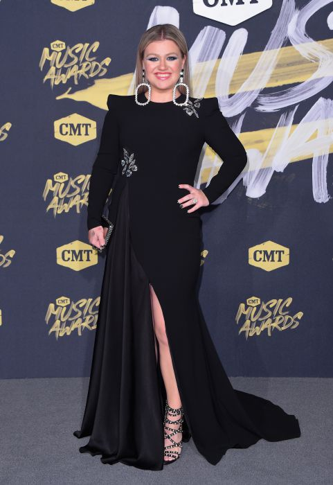 Kelly-Clarkson-CMT-awards
