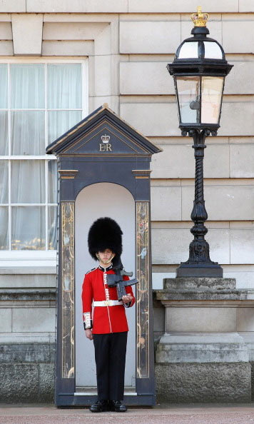 8-Buckingham-Palace-guards