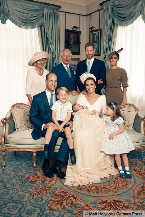 princess-charlotte-holds-prince-louis-hand