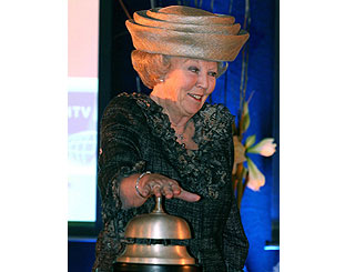 Queen Beatrix rings in the new at school opening