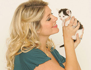 Expectant Holly Willoughby promotes search for cheeky kitty