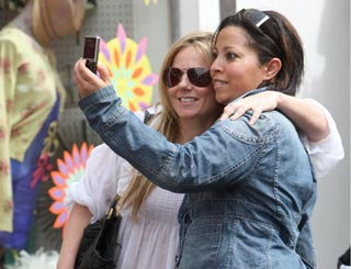 'Grounded' Geri delivers photo op for excited London fan