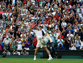 Singing Wimbledon fans spur their 'amore' Andy Murray to victory
