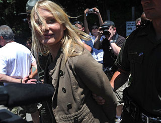 Daryl Hannah cautioned after mining protest arrest