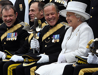 Queen shares a chuckle with military men in Scotland