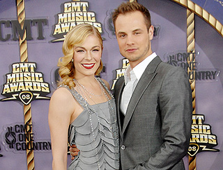 Country star LeAnn Rimes announces divorce on her website