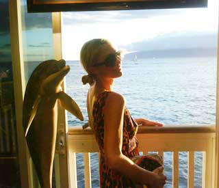 A happy-go-lucky Paris Hilton takes in Hawaii