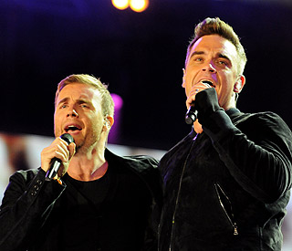 Robbie Williams reunites on stage with 'captain' Gary