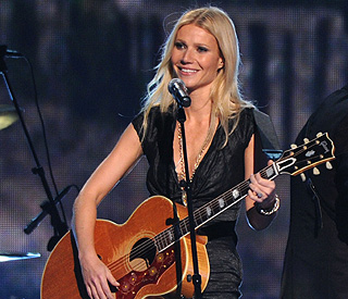 Standing ovation for country singer Gwyneth Paltrow