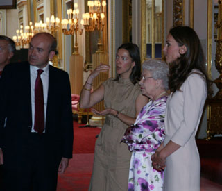 Kate joins the Queen at wedding dress exhibition