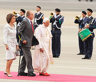 The Pope is welcomed by Spanish royals in Madrid