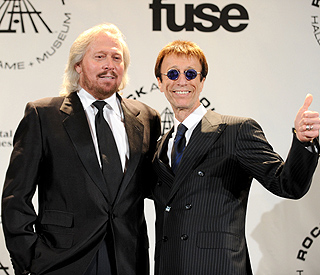 Barry Gibb serenades ailing brother Robin