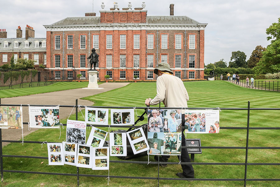 Kensington Palace Tributes For Princess Diana2