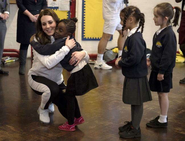 kate-middleton-hugs-child-mitcham-school