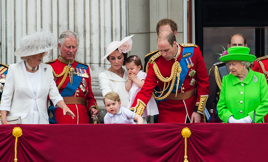 prince-george-climbs-over-balcony-buckingham-palace