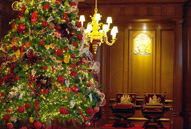 christmas-tree-at-holyroodhouse-palace
