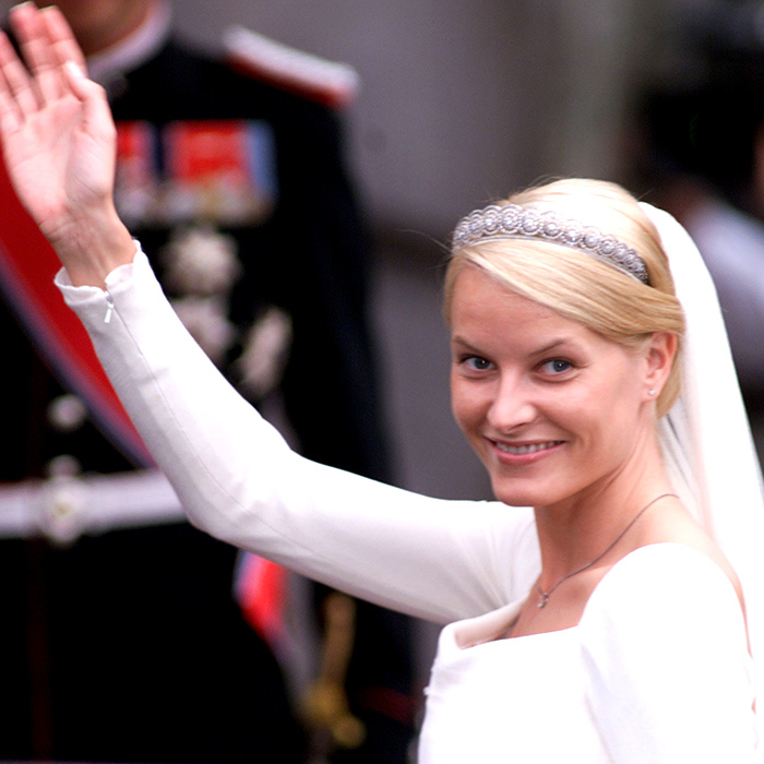 In celebration of the wedding of their son, Prince Haakon of Norway, to Princess Mette-Marit in 2001, King Harald V and Queen Sonja presented their new daughter-in-law with her first tiara – a diamond daisy-motif band that dates back to the early 1900s.