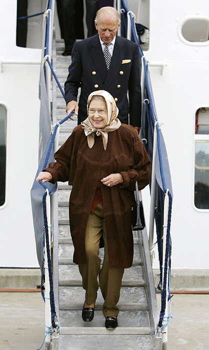 <p>The Queen looked happy and relaxed as she holidays in Scotland back in 2006 to celebrate her 80th birthday. She looks elegant in the taupe trousers and brown coat combination.</p>