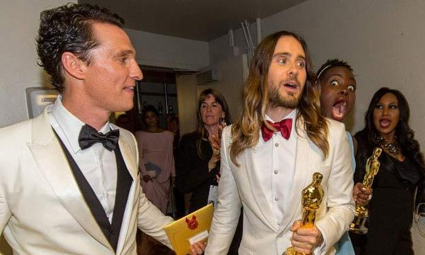 22 Best Celebrity PhotoBomb images | Celebrities, Funny ...