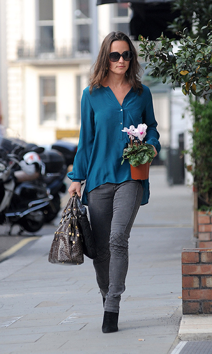 With a cyclamen in hand, Pippa showed off her effortless weekend style with a teal shirt, gray skinnies and stylish black booties.
