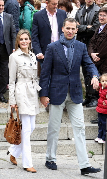 During a stroll on their 10th wedding anniversary in May 2014, Letizia complemented her husband's outfit with a beige trench coat and white bootcut pants.