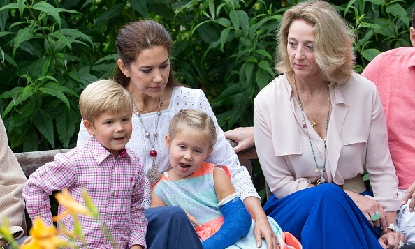 Princess mary poses with danish royal family in new vacation pictures sciox Image collections