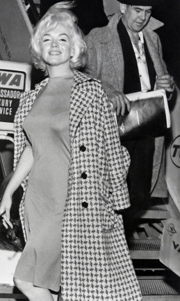 Stiletto pumps and a trench casually thrown over the shoulders – the beauty often rocked the nonchalant and timeless combo, to glamorous effect every time.