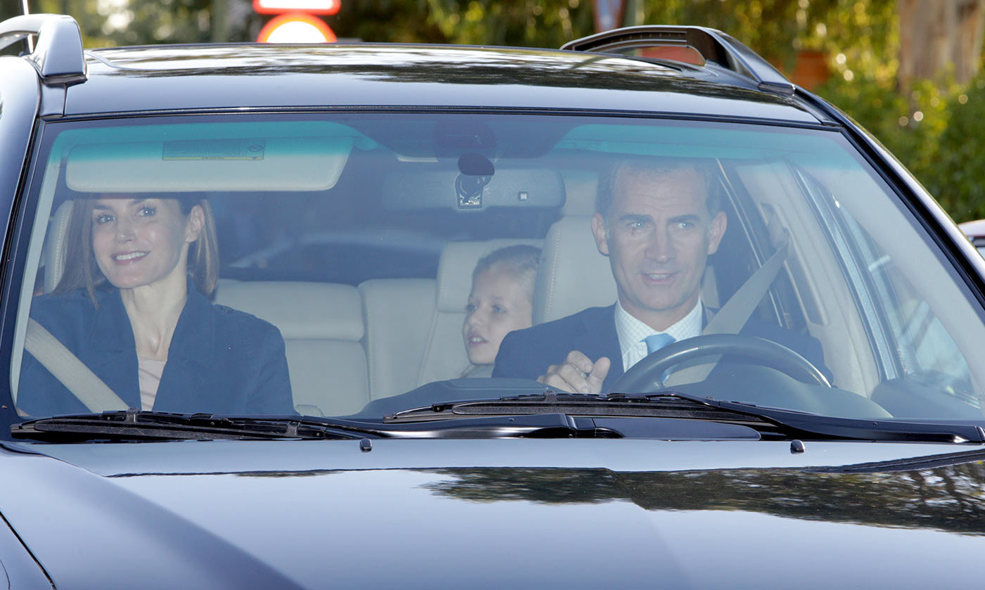 September 11: The Royal Carpool. Queen Letizia and King Felipe dropped off their little princesses Leonor and Infanta Sofia at school in Madrid.