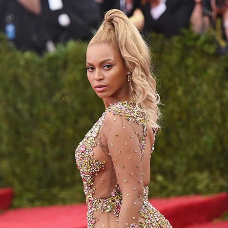 All eyes were on Beyoncé as she arrived for the 2015 Met Gala with a super high and wavy ponytail.