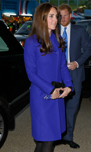 Keeping her accessories simple, Kate stepped out for the September opening ceremony of the rugby World Cup wearing a single-breasted royal blue Reiss coat.<bR>
