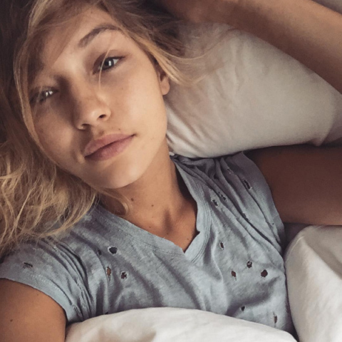 As we suspected, supermodel Gigi Hadid still looks amazing without any assistance from cosmetics.