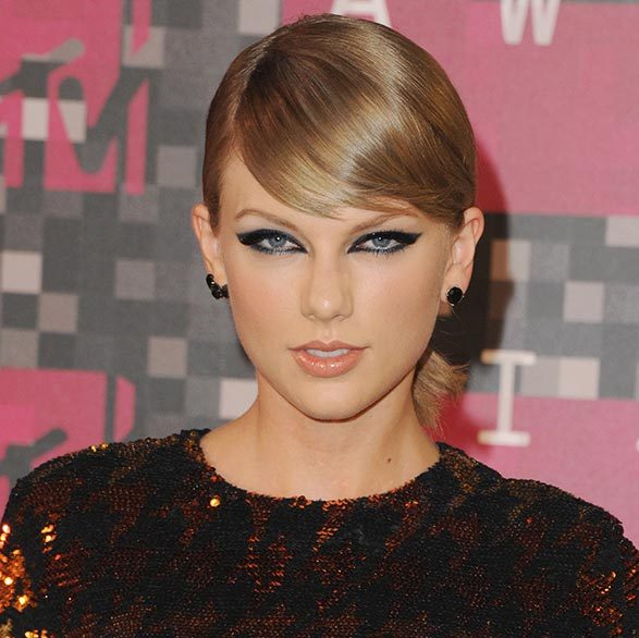 For fearless red carpet glamour, try applying a dramatic outline to the entire eye like Taylor Swift.