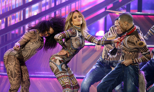 "Jennifer Lopez kicked off the show performing a slow rendition of her dance classic ""Waiting for Tonight"" followed by an epic mashup performance of some of the year's hottest hits including, ""Uptown Funk,"" ""I Can't Feel My Face,"" ""Anaconda,"" ""Bad Blood,"" ""Hotline Bling,"" and ""Where Are U Now."" 