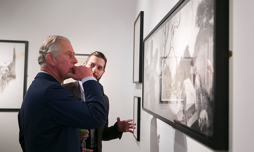 Prince Charles is transfixed by artwork at an exhibition by postgraduate students from The Royal Drawing School in London<br>Photo: Getty Images