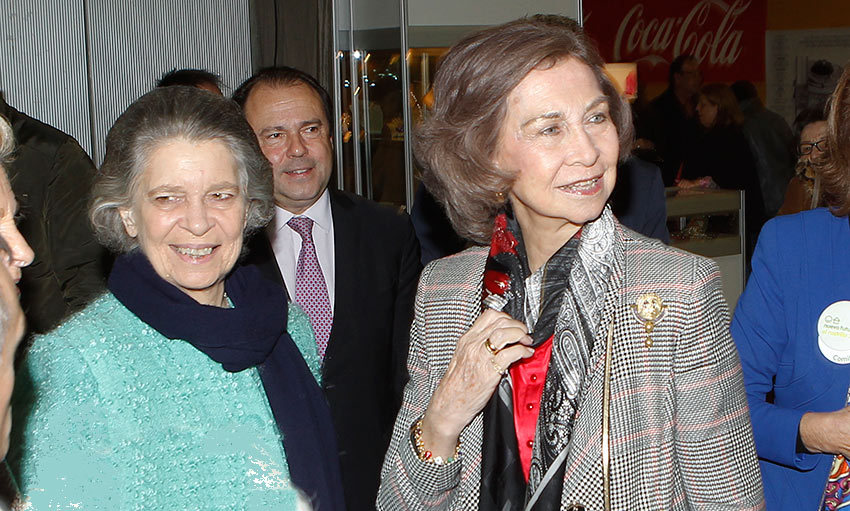 Queen Sofia of Spain brought her sister Princess Irene of Greece (left) along to a Christmas market in Madrid. <br>Photo: Gtres