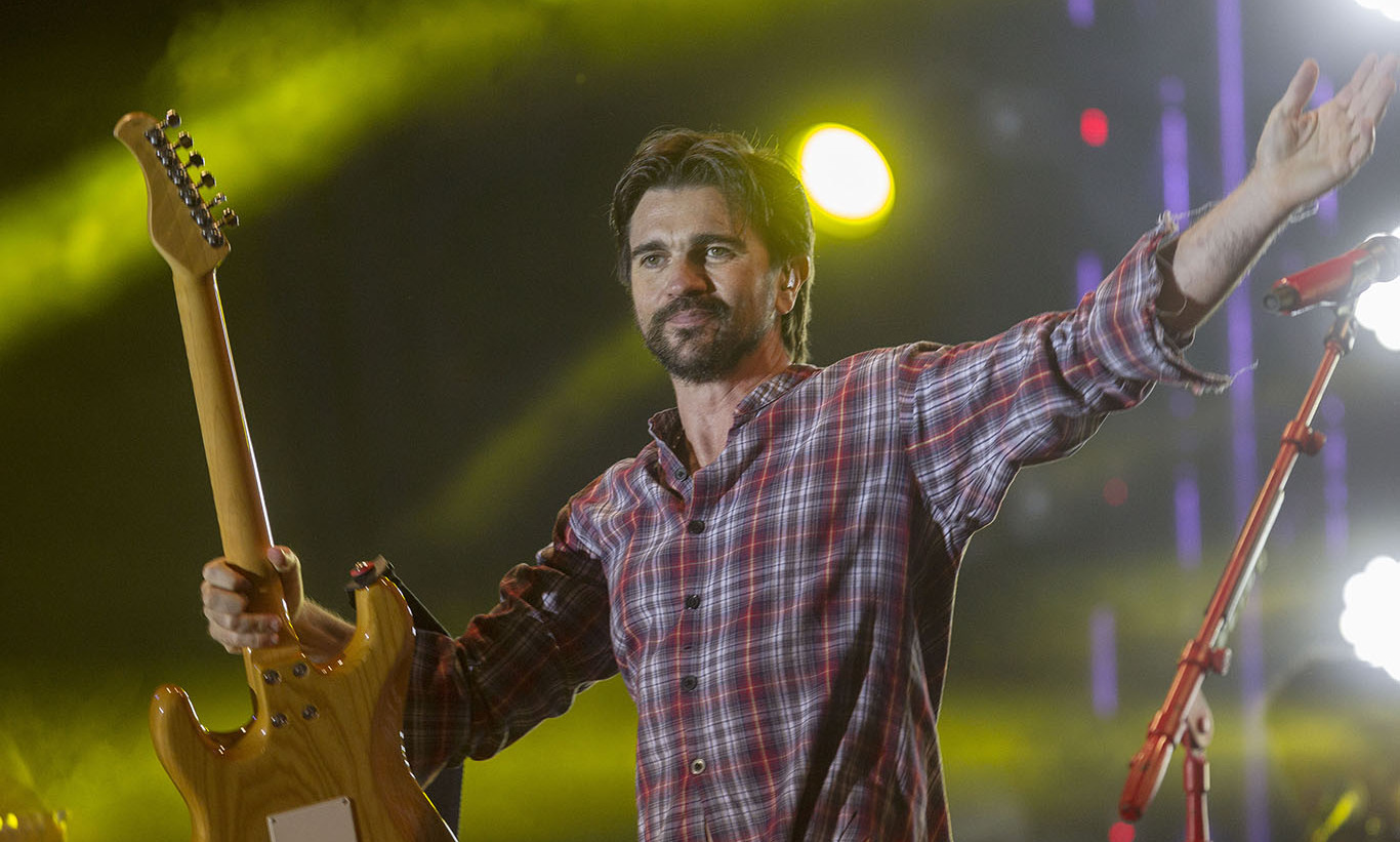 December 9: Juanes performed for 400 lucky fans at the Marriott Rewards #withtheband concert series at the Courtyard Las Condes in Santiago, Chile.