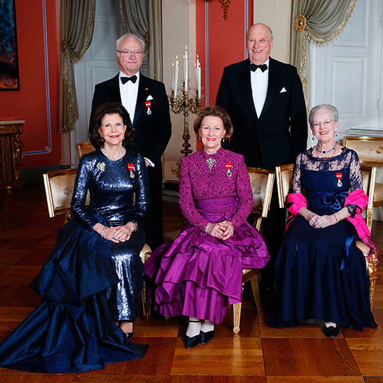 A full house! Three queens – Queen Silvia, Queen Sonja and Queen Margrethe  – are seated while Kings Carl Gustaf and King Harald stand behind them. 