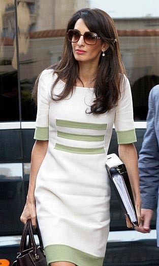 Armed with her bag, sunglasses and Camillo Bona dress, Amal headed into a meeting in Athens, Greece. 