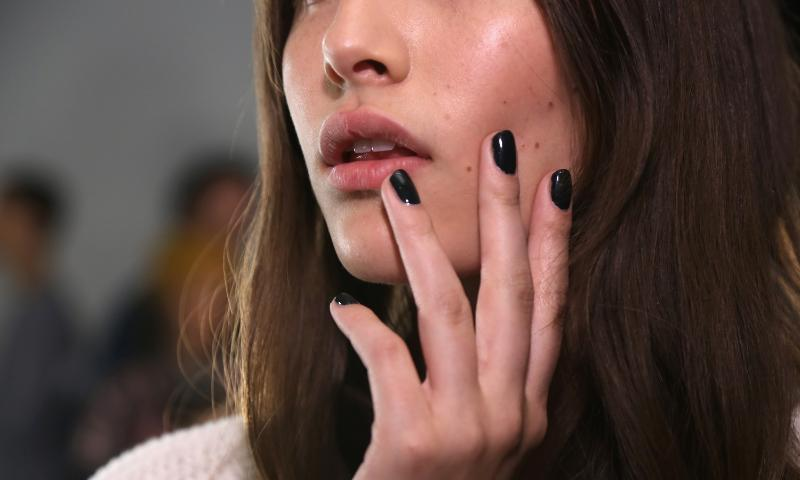 Rag & Bone is known for it's edge, so it's no surprise the show's nails gave off that same vibe. To create the runway look, Julie Kandalec for essie used stylenomics, an opulent green to stand out on the runway. 