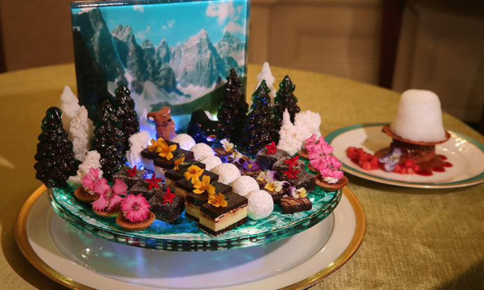The guests were treated to bite-sized sweets with American and Canadian influences. The treats included cranberry squares, fleur de sel caramels and chocolate coconut slices.