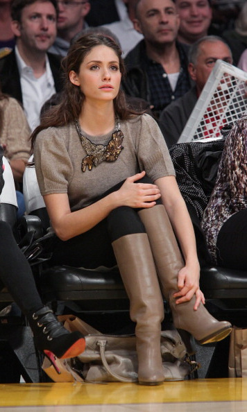 A natural beauty in neutral tones! Actress Emmy Rossum attentively watched the Wizards and Lakers game in style.