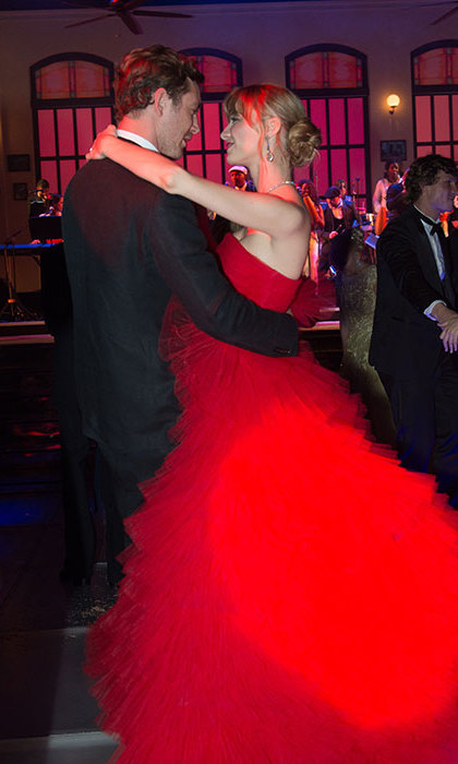 Beatrice was all dressed up for the occasion, wearing a extravagant bright red strapless Giambattista Valli ball gown. 
