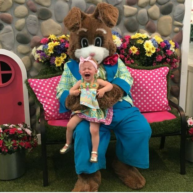 Kelly Clarkson's daughter River wasn't exactly delighted to see the Easter bunny!