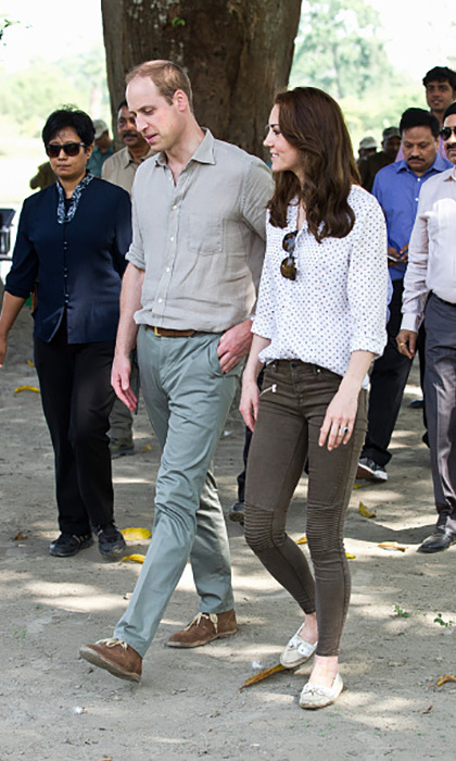 Kate took a trip on the wild side and kept it casual for their early morning safari in a RM Williams button-up, paired with skinny jeans by Zara and Sebago taupe boat shoes.