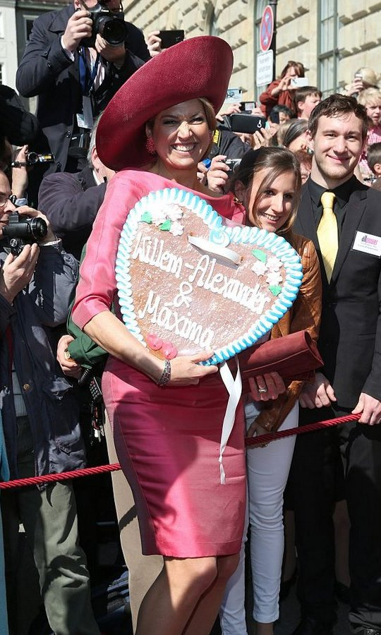 The Dutch royal looked thrilled to receive a giant heart-shaped cookie during her visit. 