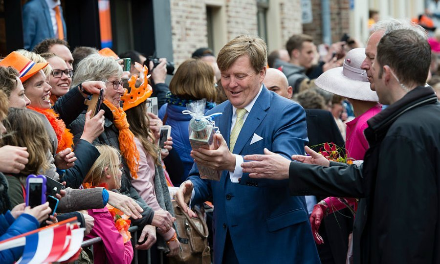 While walking through the streets of Zwolle, King Willem-Alexander received a birthday present from a reveler observing his day.