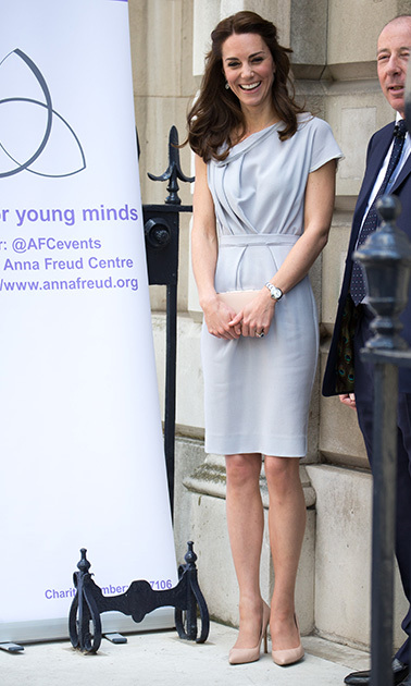 Kate shed her coat and showed off one of her fave dresses, a Roksanda creation, during her lunch in support of the Anna Freud Centre.