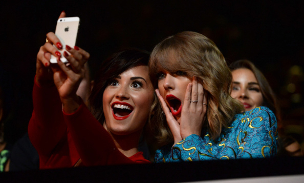 Oh em gee! Demi Lovato and Taylor Swift snapped their surprised faces at the 2014 MTV Video Music Awards.