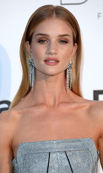 Rosie Huntington-Whiteley once again turned heads, this time with soft smokey eye makeup and shimmering pale lipgloss. She teamed her beauty look with an elegant blow-dry and lots of volume, lifting the hair from the roots.
