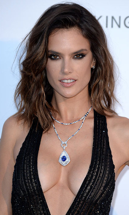 Alessandra Ambrosio smouldered with this bold smokey eye makeup, leaving her hair down in tousled waves for laidback glamour.